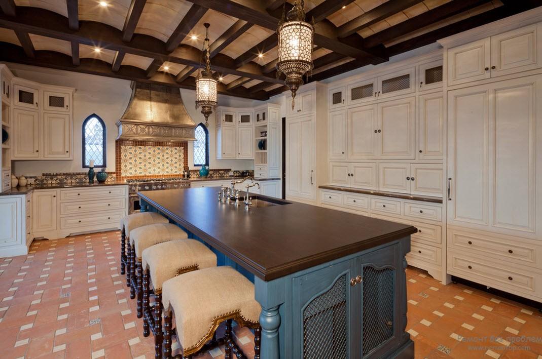 Потолок из балок и светильники в сочетании с узкими окнами создают атмосферу Востока