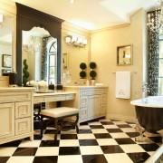 Красивый интерьер черно-белой ванной комнаты с шахматным полом