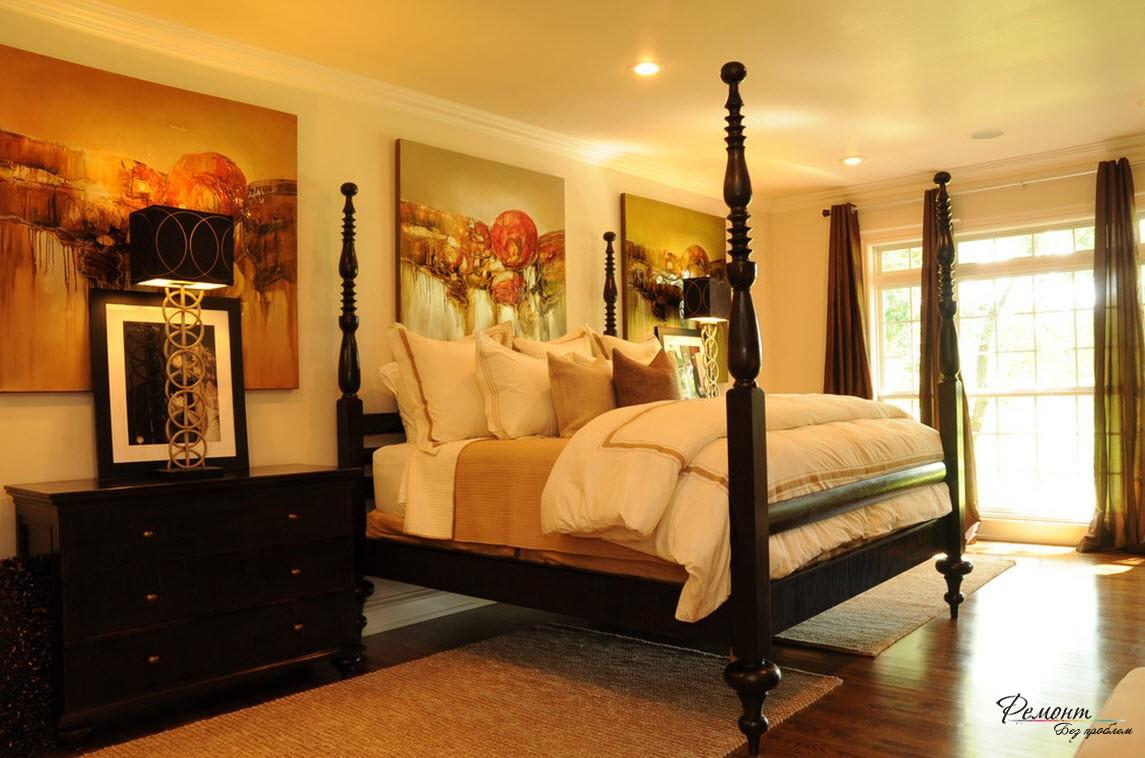 Три ярких холста над кроватью