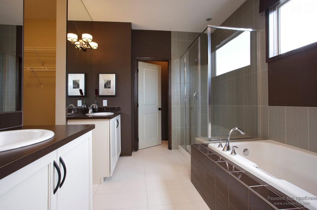 Комбинаций их темно=коричневого с белым, разбавленная оттенком кофе с молоком в интерьере ванной комнаты