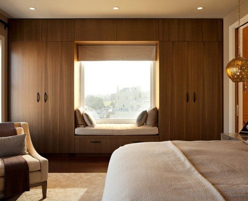 Гармоничное сочетание окна с шкафов