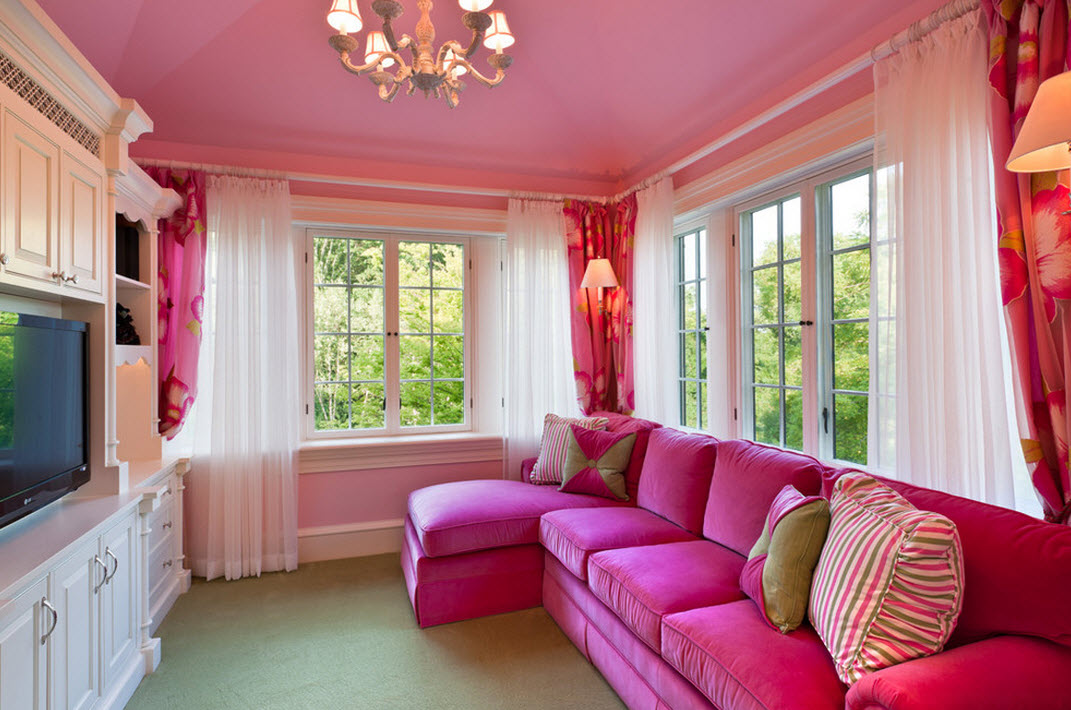 Уютный, сладкий и женственный интерьер розовой гостиной