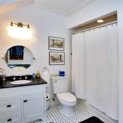 Черно-белый интерьер небольшой ванной комнаты, где основной тон белый