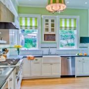 Полосатые шторы не кухне