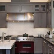 Бордовые духовки на кухне