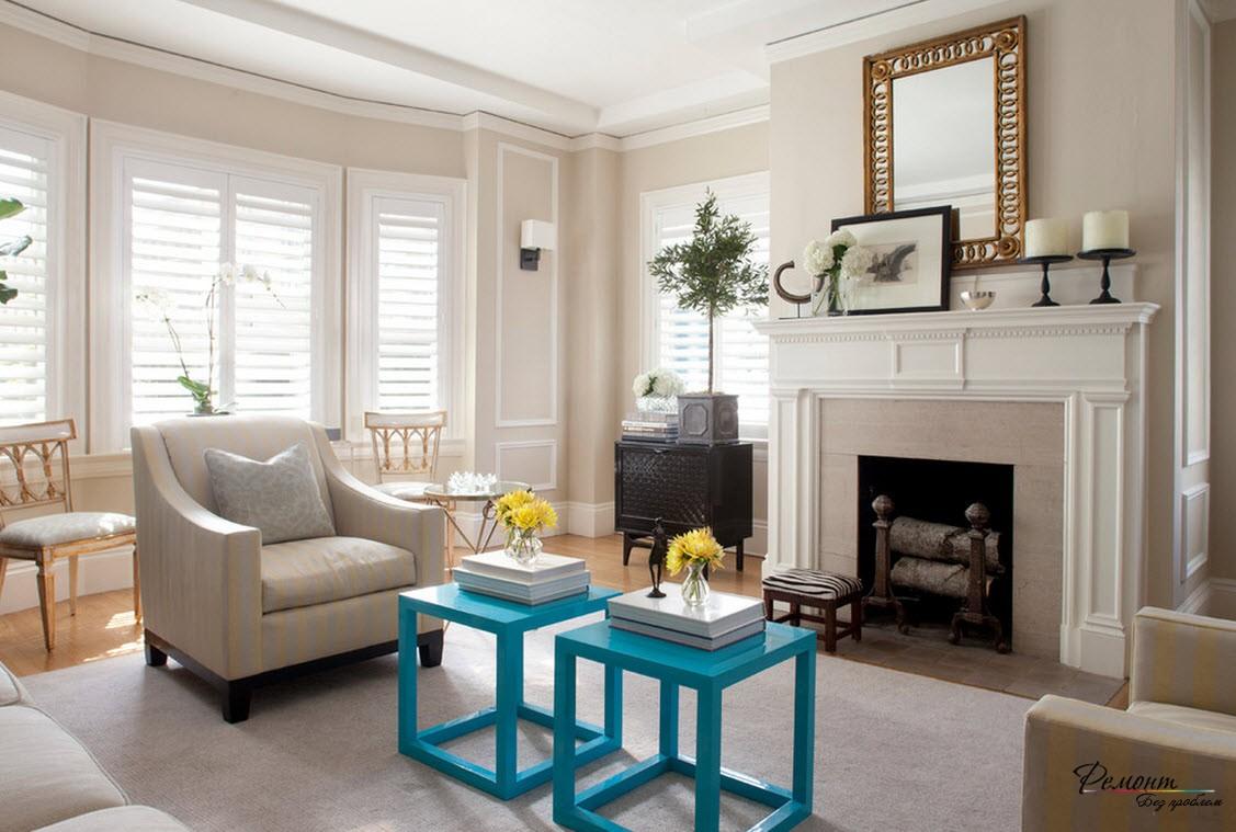 Красивая небольшая гостиная в загородном доме, выполненная в светлых тонах