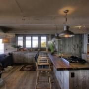 Столовая в деревянном оформлении