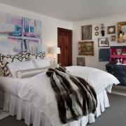 Абстракция на стене в спальне