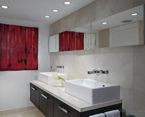 Современная ванная комната с декорированием части стены