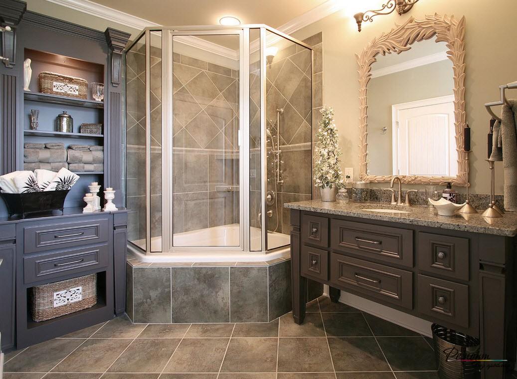 Небольшая ванна совмещена с душевой кабинкой