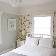 Спокойный растительный рисунок - прекрасное решение для спальни