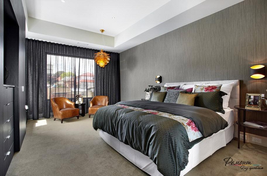 Стильный интерьер спальни с серыми обоями на стенах