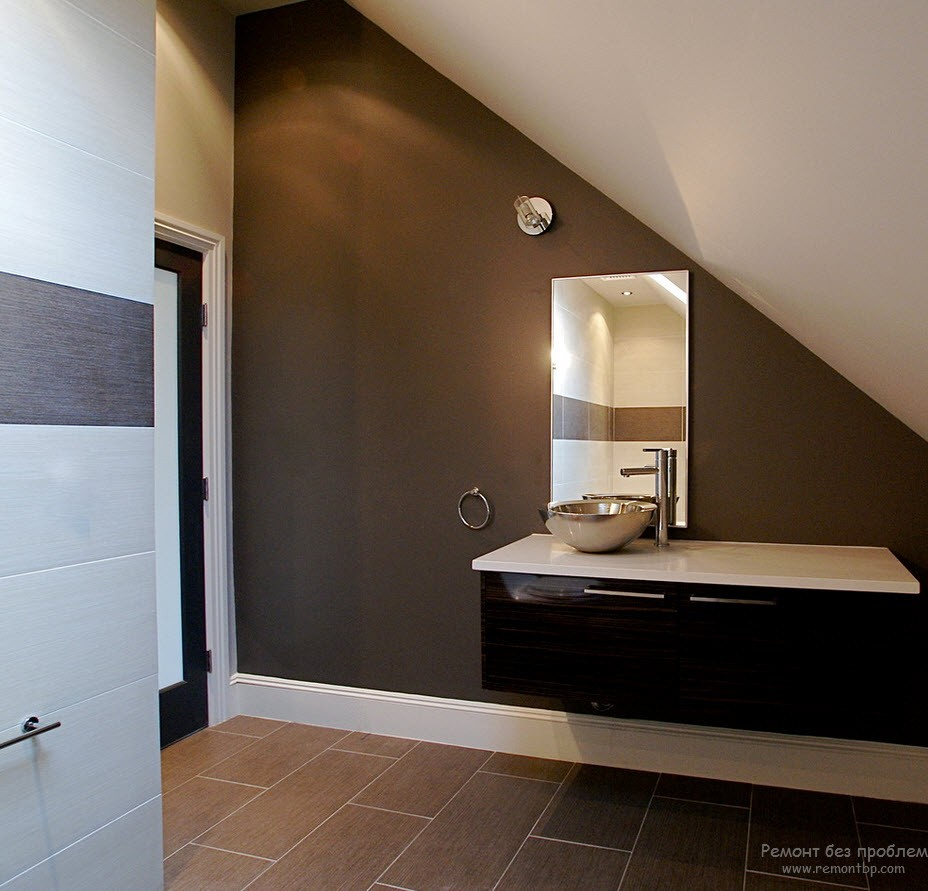 Отделка пола плиткой в интерьере коричневой ванной комнаты