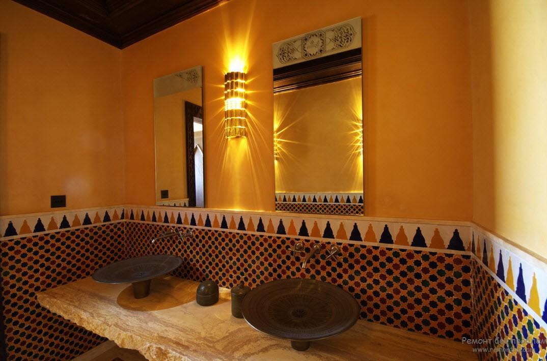 Мозаока из керамической плитки, массивные рамы зеркал, глиняные раковины в интерьере арабской ванной
