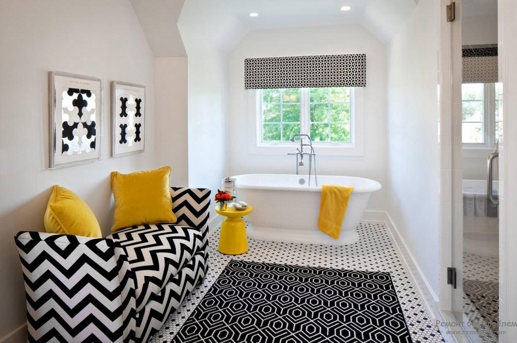 Яркие желто-оранжевые акценты в интерьере черно-белой ванной