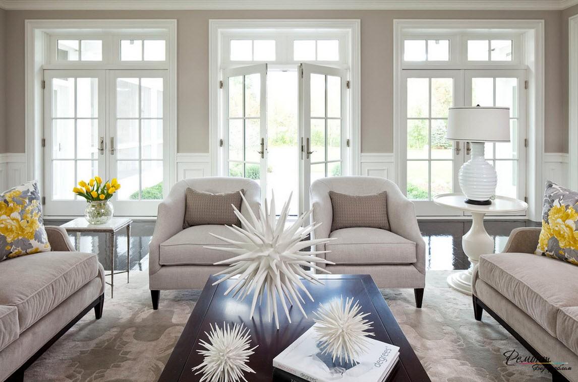 Три больших окна делают интерьер гостиной необыкновенно светлым и уютным