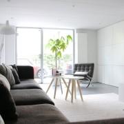 Темный диван в светлой комнате
