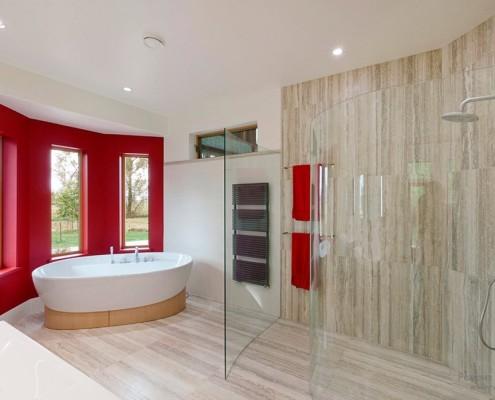 Просторная ванная комната в минималистском стиле