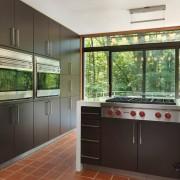 Тёмная матовая кухня с большим окном