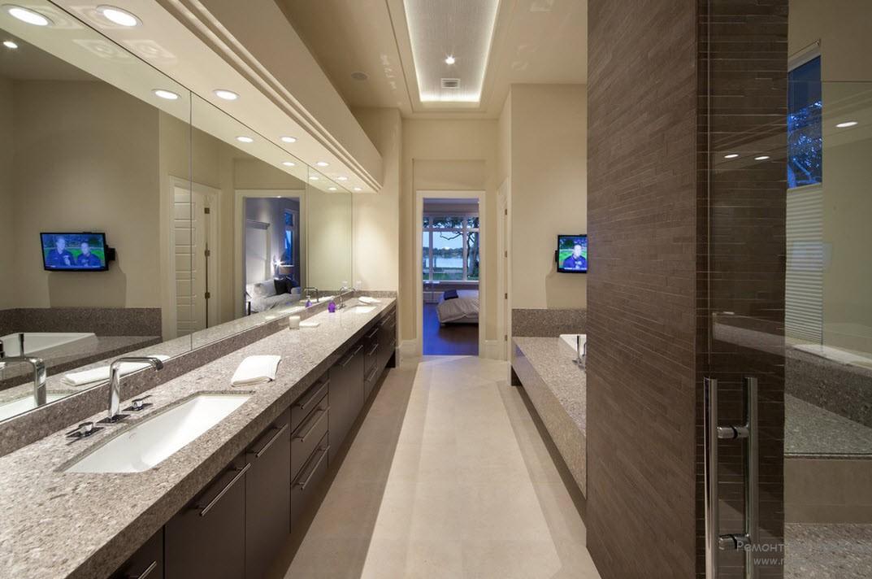Интерьер просторной ванной комнаты, выполненный в сочетании коричневого с кремовым оттенком