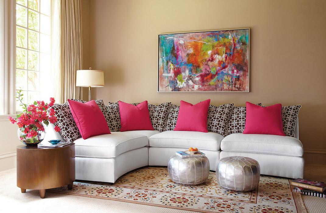 Розовый интерьер гостиной можно создать с помощью одних только аксессуаров