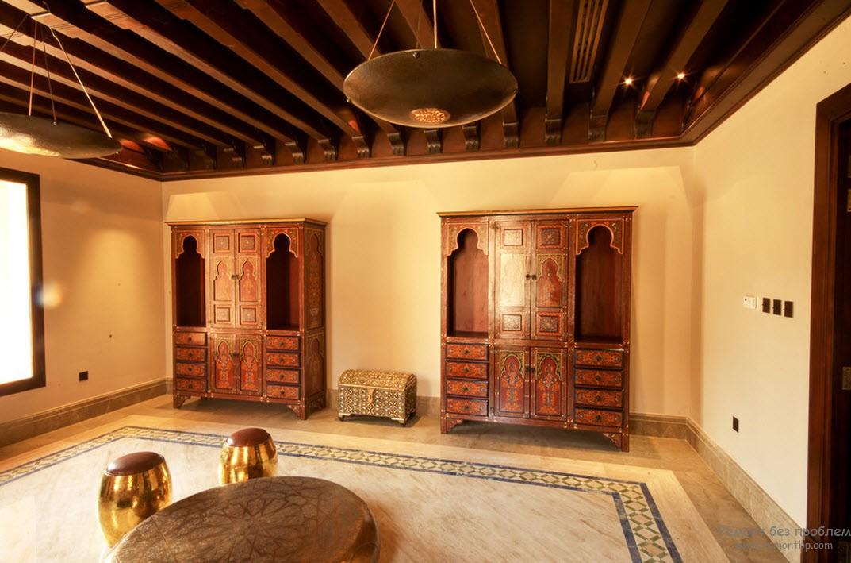 Мебели в комнате мало, шкафы невысокие, ажурные, украшены инкрустацией