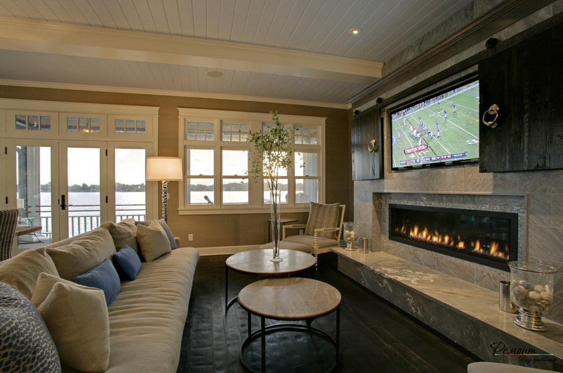 Красивая и стильная гостиная с камином в загородном доме