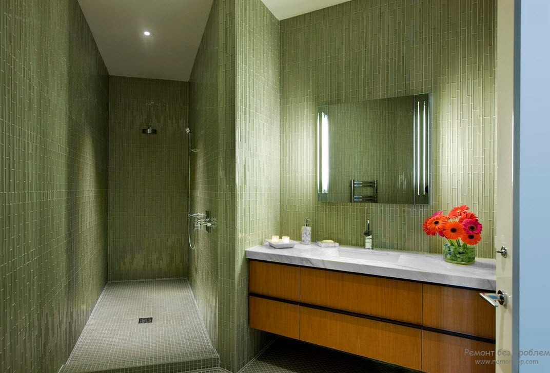 Интерьер зеленой ванной комнаты, где цвет стен темнее цвета потолка и пола