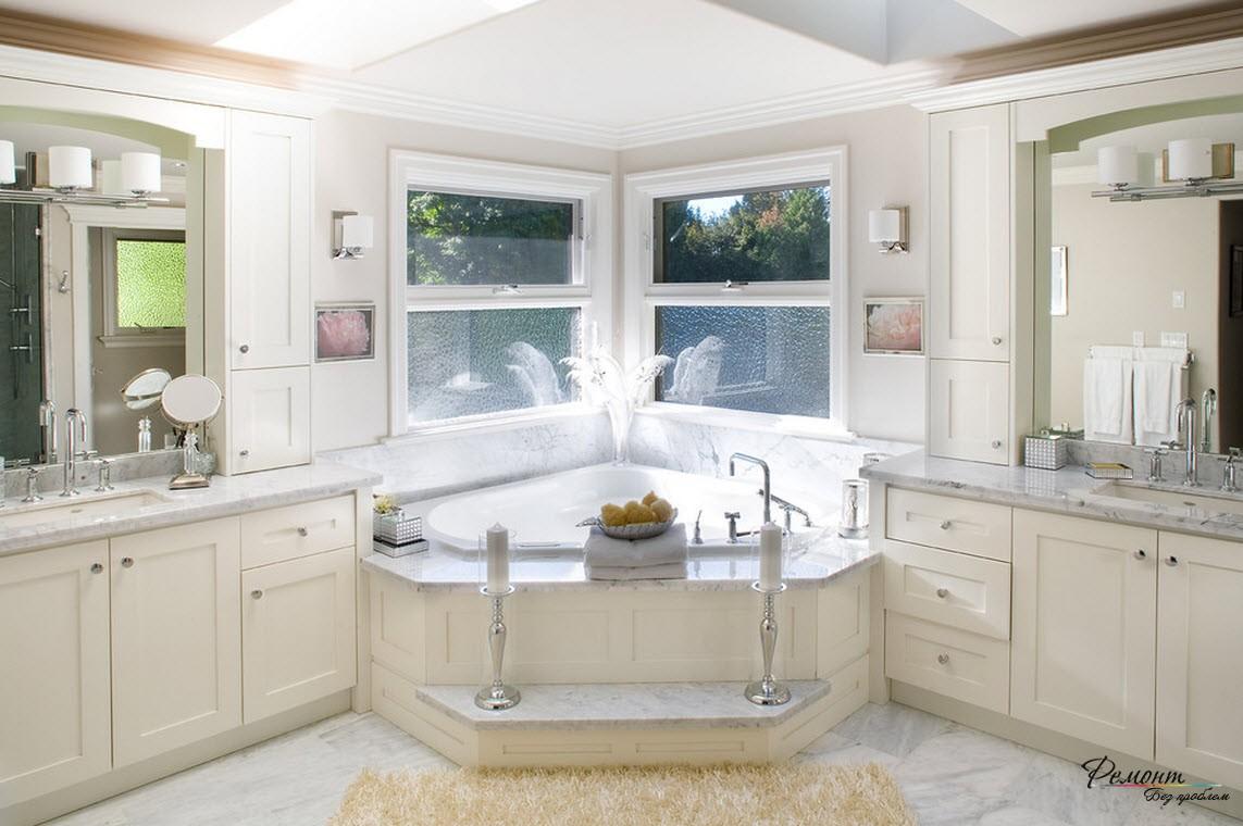 Угловая ванна дает оформить помещение в романтическом стиле Греции и создать симметрию