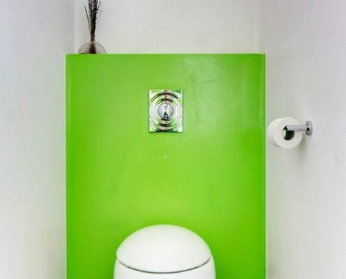 Флуоресцентная зелёная панель, закрывающая зону водопроводной инсталляции