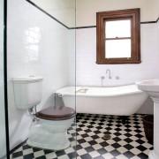 Интерьер небольшой ванной комнаты с мелкой шахматной укладкой плитки