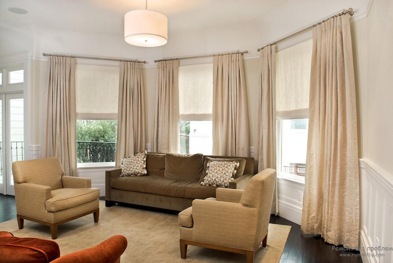 Светлые бежевые шторы под цвет мебели делают комнату светлее