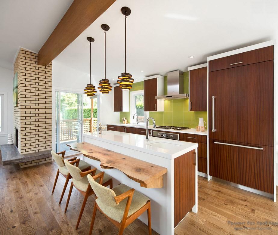 Кухня с зеленой рабочей стенкой