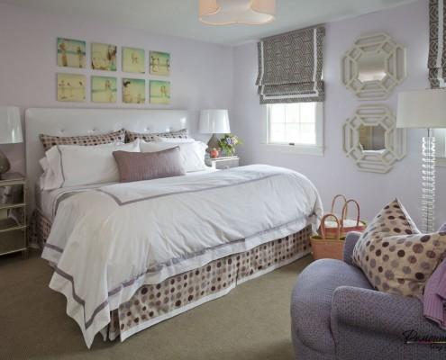 Спальня в пастельных тонах, украшенная картинами
