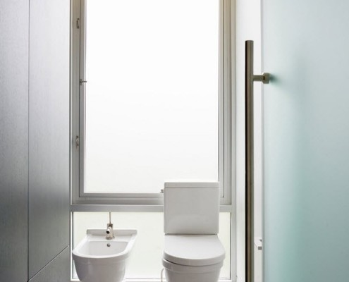 Сверкающие глянцевые белые поверхности стен и сантехники