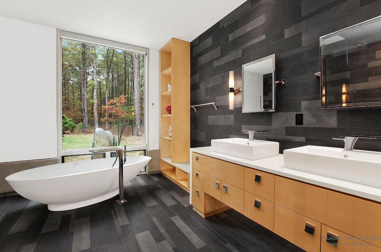 Панорамное окно в интерьере ванной комнаты