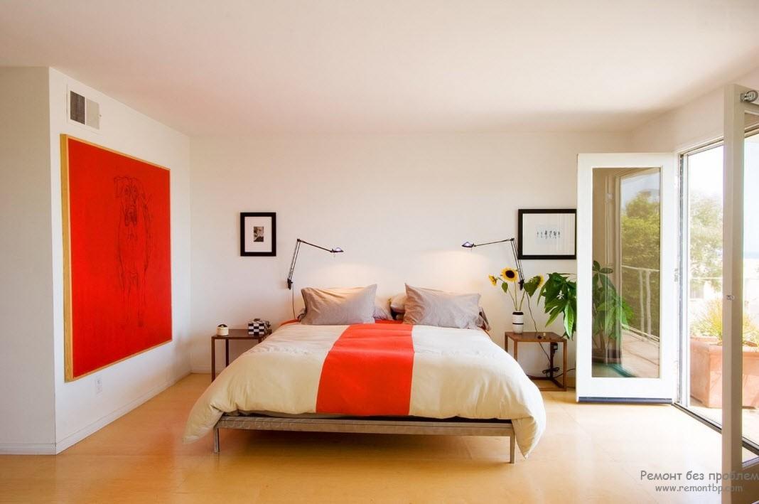 Просторная спальня в красных тонах