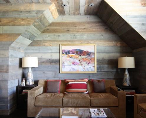 Большой диван и настольные светильники