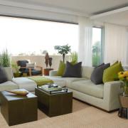 Салатотовые и серые подушки на диване