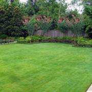 Садовая лужайка перед домом