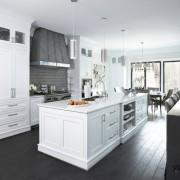 Белый кухонный гарнитур и черный пол