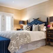 Синие акценты в спальне