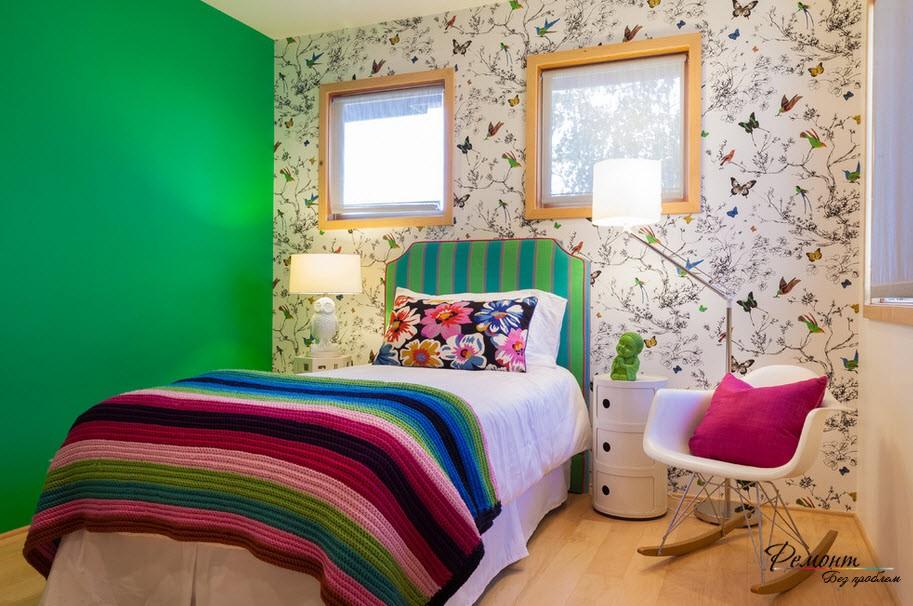Ярко-зеленый цвет повторяется в изголовьи кровати - эксклюзивный интерьер обеспечен