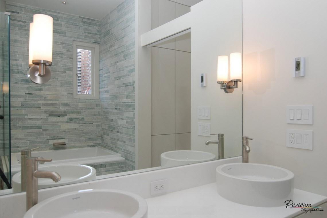 керамической плиткой выложены стены только возле ванны