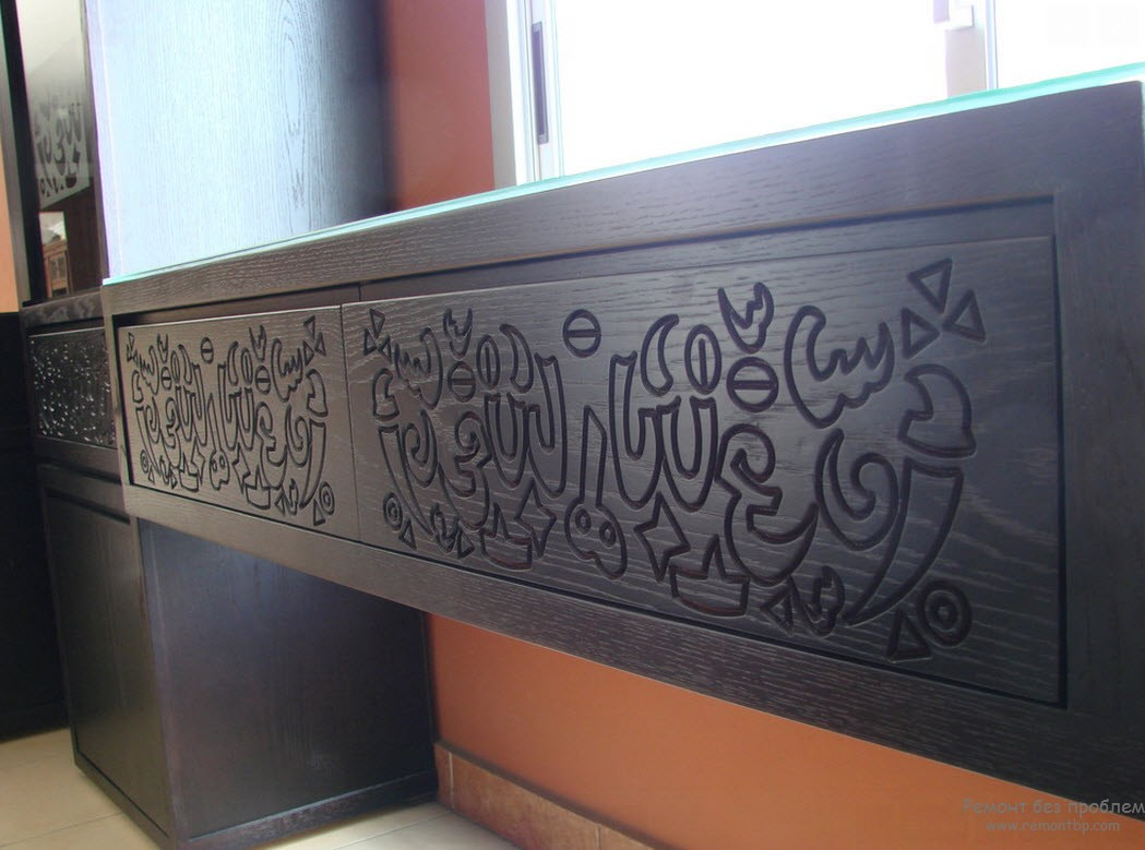 Панели украшены арабесками из текстов