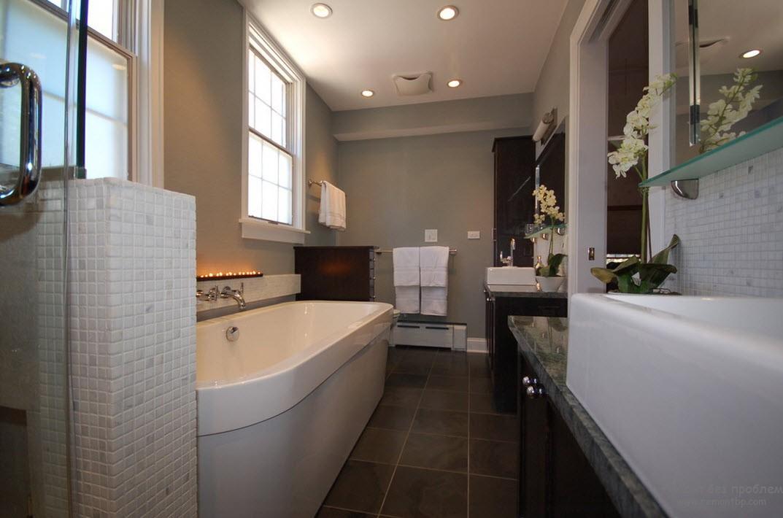 Темная квадратная большая плитка под мрамор - идеальное напольное покрытие для серой ванной комнаты