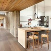 Светлая матовая кухня с окном