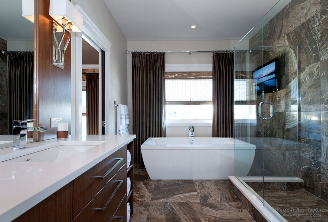 Плитка с имитацией камня придает интерьеру ванной комнаты некую прохладу