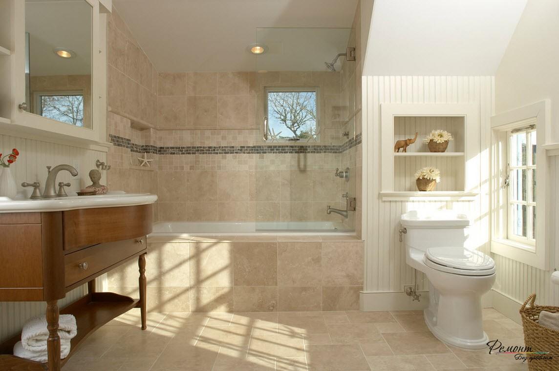 Приятное сочетание бежевого и белого и декор в виде бордюра над ванной