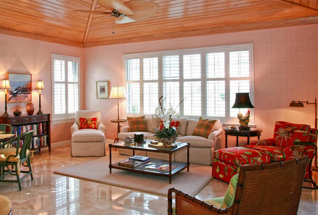Необычайно теплый отенок чайной розы в интерьере гостиной и яркие аксессуары